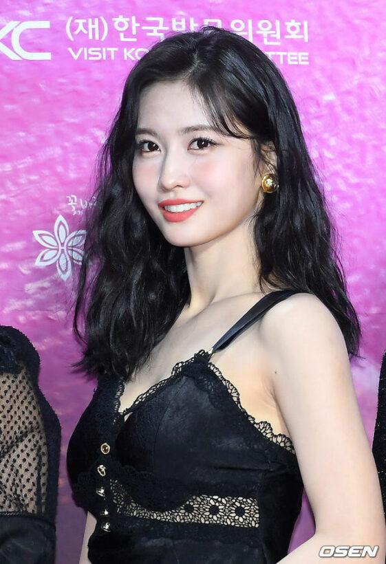 Momo (TWICE) mang váy như nội y dưới thời tiết 0 độ tại SMA | News by Thaiger
