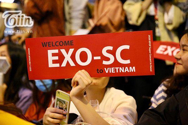 Sân bay Nội Bài hứng trọn biển fangirl đón EXO-SC | News by Thaiger