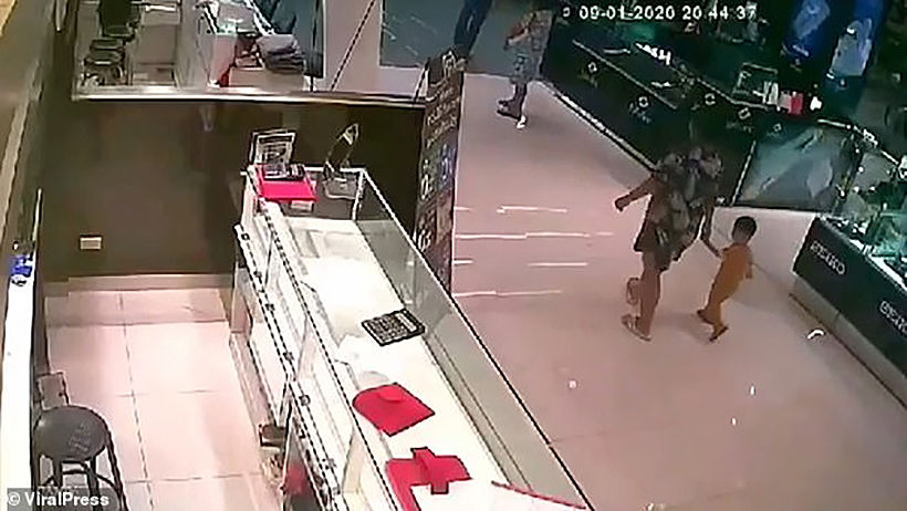 Lone gunman storms into Lopburi gold shop and kills three people - VIDEO | News by Thaiger