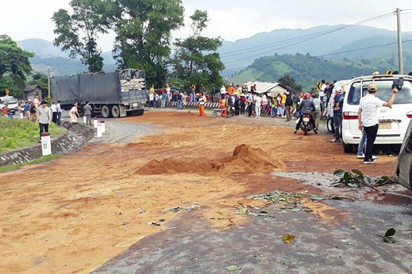 Quảng Trị: Tai nạn tràn dầu khiến nhiều xe kéo lật ngang đường | News by Thaiger