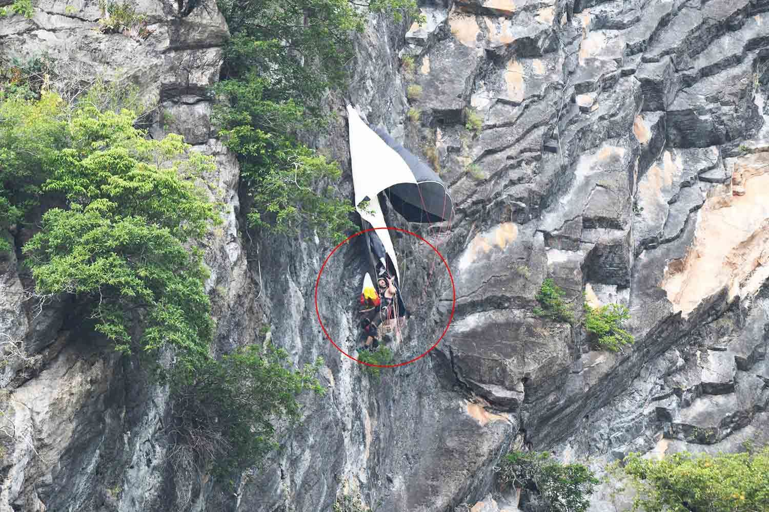 Base jumper rescued after dangling from cliff in Phattalung - UPDATE   News by Thaiger