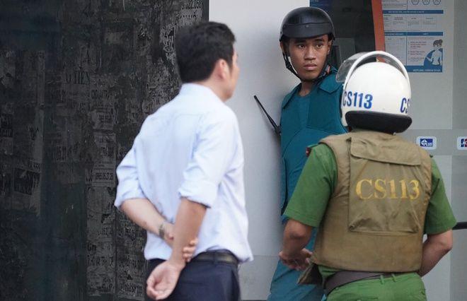 TP. HCM: Thanh niên ngáo đá cầm súng cố thủ   News by Thaiger