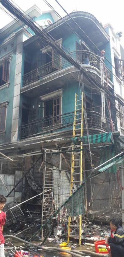 TP. HCM: Cháy chợ Hạnh Thông Tây khiến 5 cửa hàng bị thiêu rụi | News by Thaiger