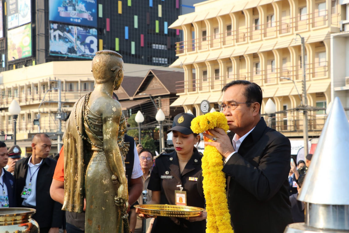 Prayut visits Korat, offers compensation to shooting victims, families | Thaiger
