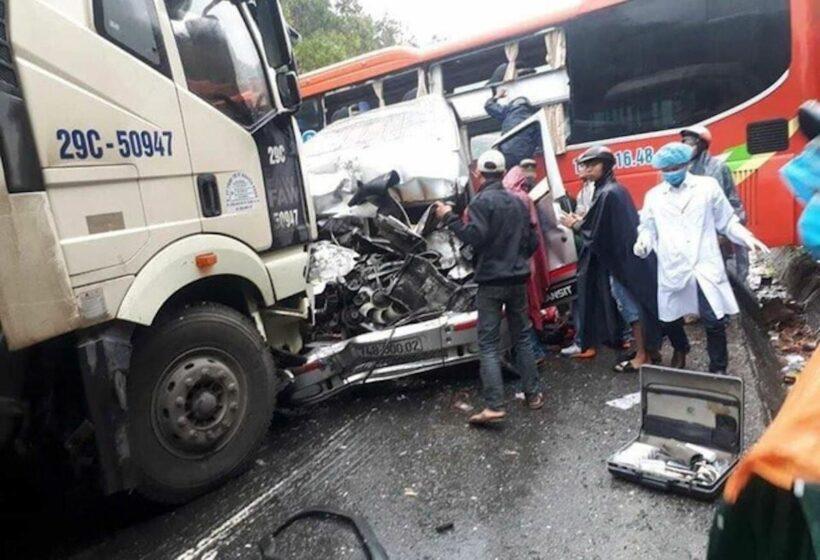 Thừa Thiên – Huế: Tai nạn liên hoàn giữa 2 ôtô và xe đầu kéo khiến 1 người chết, 6 người bị thương   The Thaiger