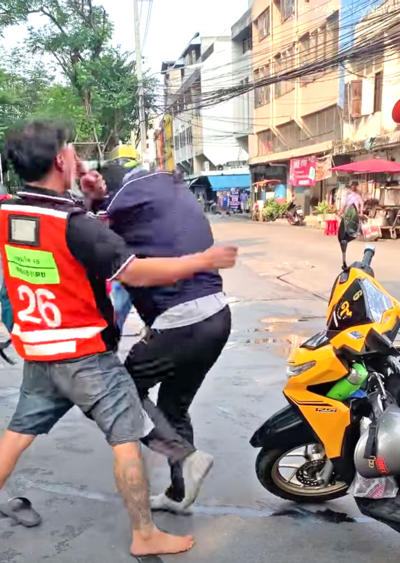 Bangkok motorbike taxi drivers attack Grab driver in broad daylight - VIDEO | News by Thaiger