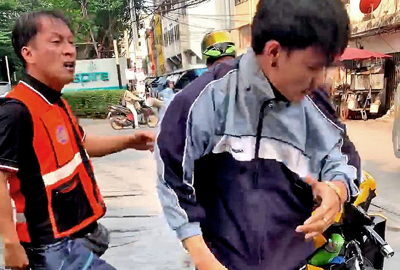 Bangkok motorbike taxi drivers attack Grab driver in broad daylight – VIDEO | Thaiger