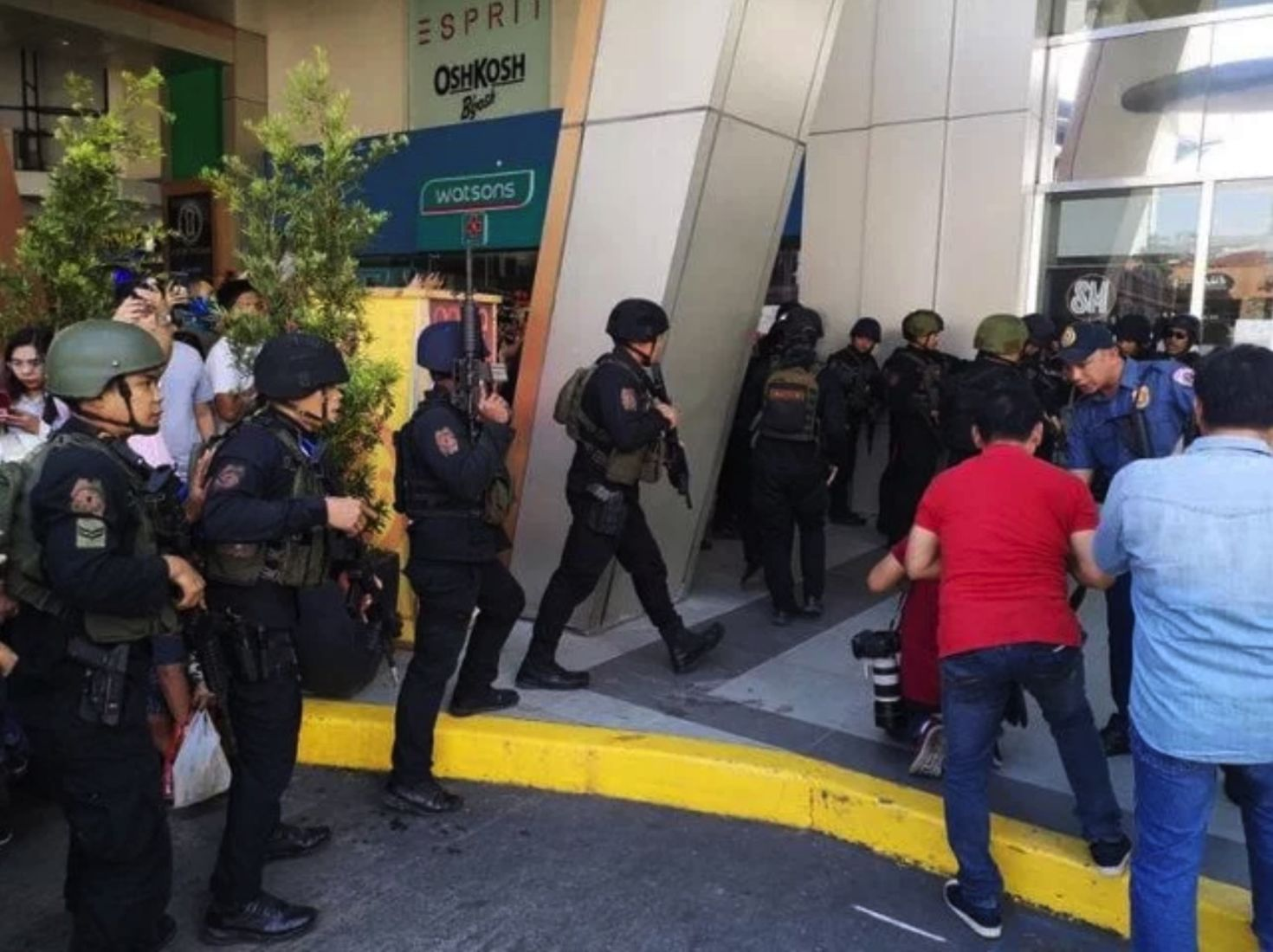 Gunman in Manila mall standoff surrenders, releases hostages | News by Thaiger