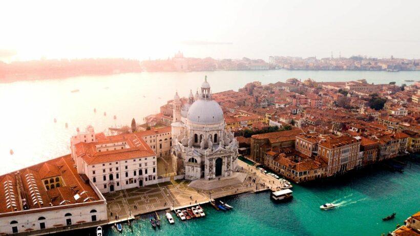 อิตาลี ปิดประเทศแล้ว หลังยอดติดเชื้อเกือบหมื่น | The Thaiger