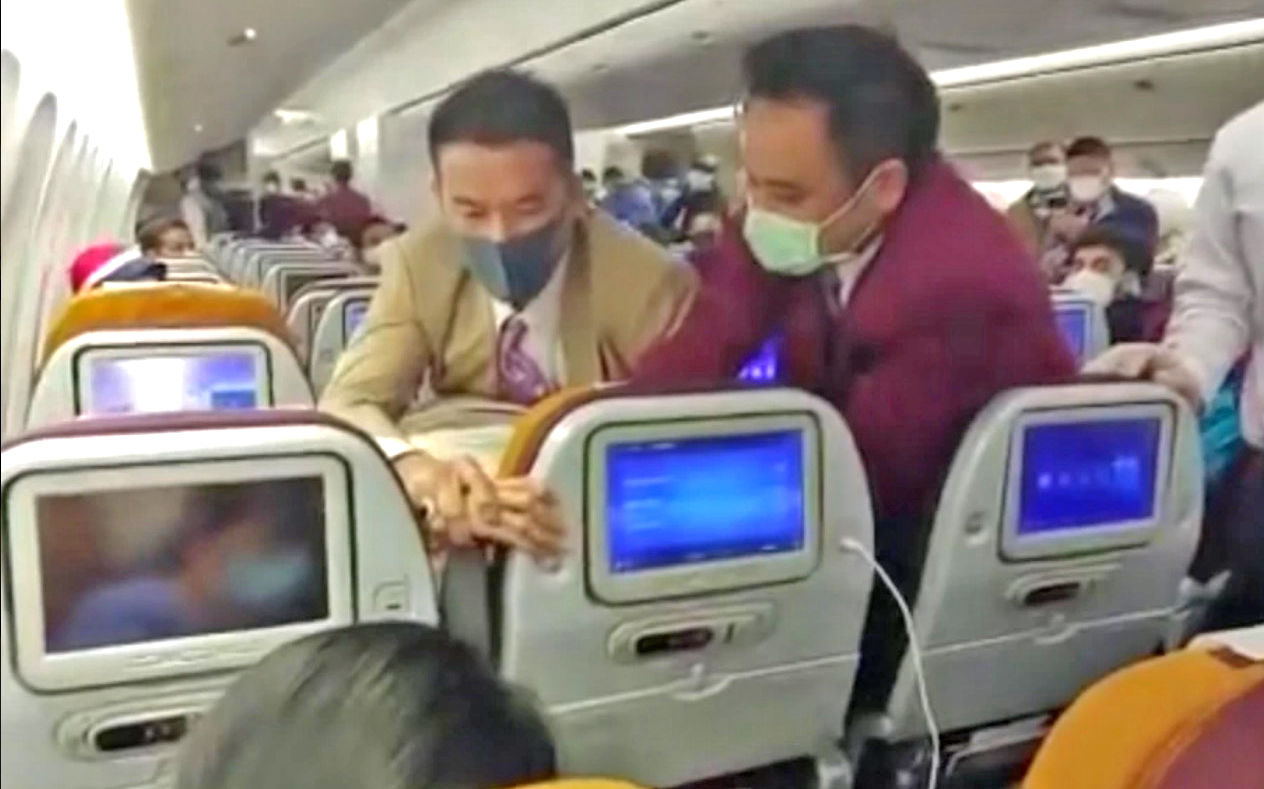 Thai Airways crew restrain Chinese passenger who deliberately coughed at them: VIDEO | Thaiger