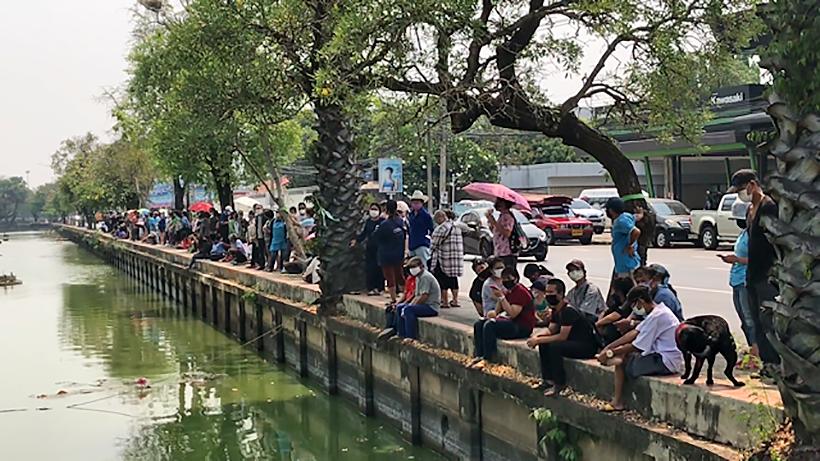 Food queues run 2 kilometres around Chiang Mai moat | News by Thaiger