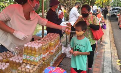 Food queues run 2 kilometres around Chiang Mai moat | The Thaiger