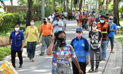 Hungry residents in Bangkok queue for rice handouts | Thaiger