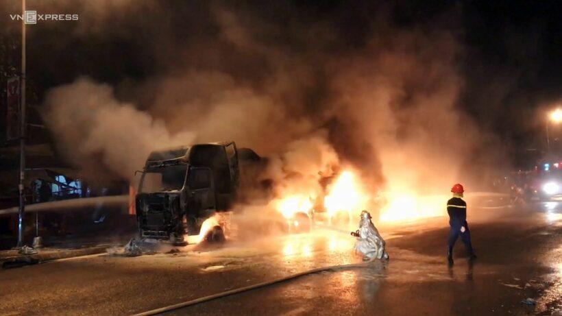 Hà Nội: Xe tải 38 tấn bốc cháy ngùn ngụt   News by Thaiger