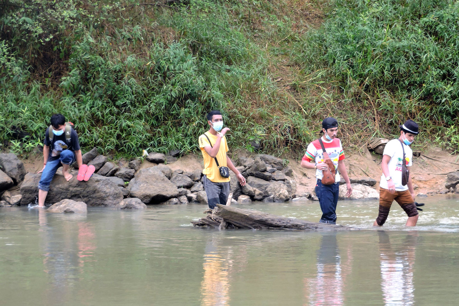 25 more arrested entering Thailand by wading across river from Malaysia | Thaiger