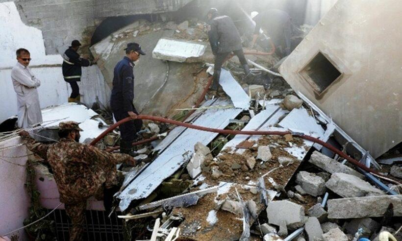 Vụ máy bay Pakistan phát nổ: Giây phút máy bay đâm xuống khu dân cư, thi thể văng tứ tung | The Thaiger