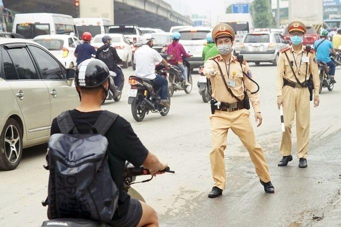 CSGT có quyền dừng xe và tổng kiểm tra toàn bộ giấy tờ: Mức xử phạt như thế nào? | News by Thaiger