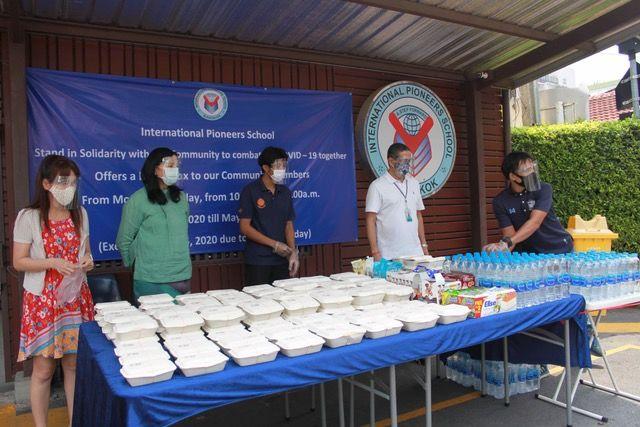 โรงเรียนนานาชาติอินเตอร์เนชั่นแนลไพโอเนียร์ส (IPS) แจกข่าวกล่องฟรี ให้ประชาชนเพื่อช่วยบรรเทาทุกข์ในช่วงวิกฤติโควิด - 19 | News by The Thaiger
