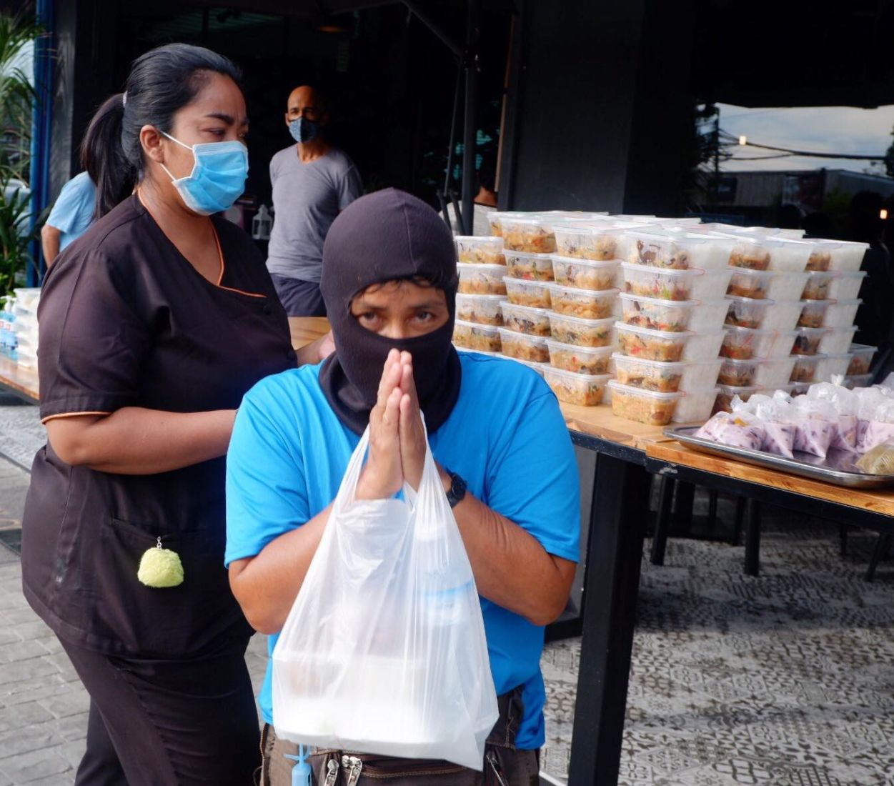Phuket chef hands out over 2,000 free meals | The Thaiger
