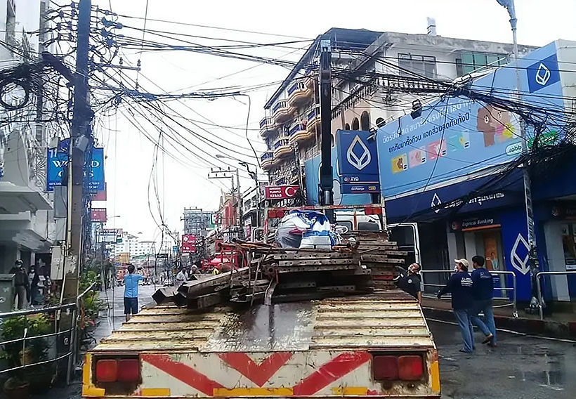 Crane truck hits power lines, starts electrical fire in Pattaya's Walking Street   News by Thaiger