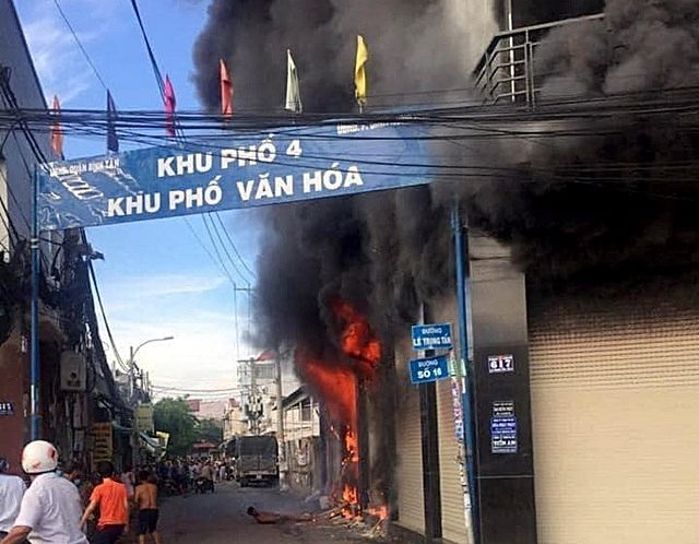 TP. HCM: Căn nhà 2 tầng cháy lớn khiến 7 người bị mắc kẹt | News by Thaiger