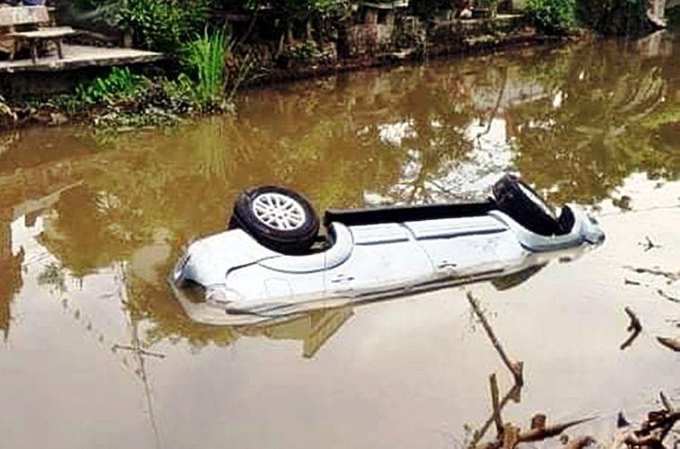 Nam Định: Xe ô tô Toyota lao xuống sông khiến 2 người tử vong, 1 người bị thương | News by Thaiger