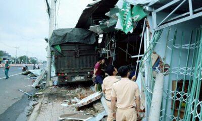 Bình Phước: Xe container chở phế liệu tông sập bốn căn nhà | The Thaiger