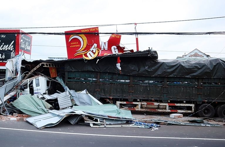 Bình Phước: Xe container chở phế liệu tông sập bốn căn nhà   News by Thaiger