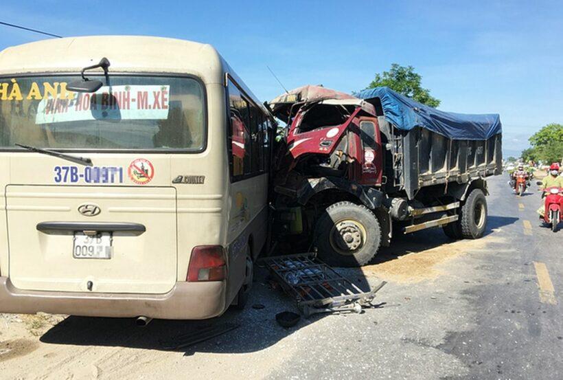 Nghệ An: Xe khách và xe tải đấu đầu   The Thaiger