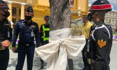 Students charged after tying white bows around Bangkok monuments | The Thaiger