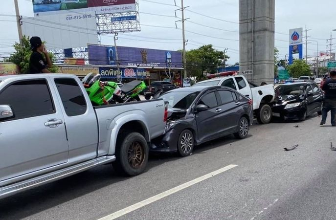 Long tailbacks in central Thailand following 10 car pile up | News by Thaiger