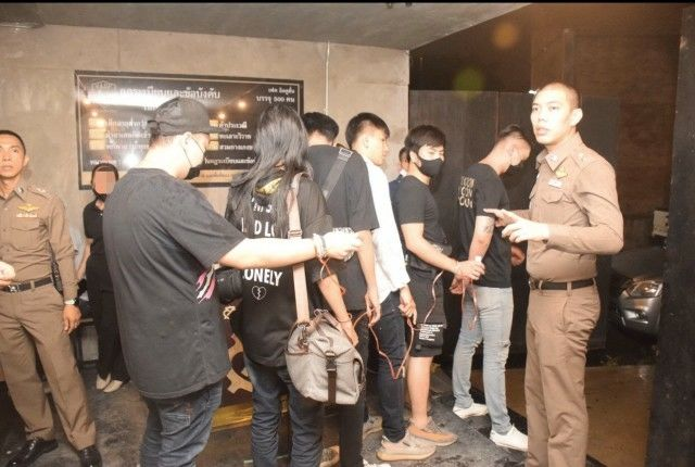Bangkok bar raided, nearly 100 revellers charged with breaching emergency decree | News by The Thaiger