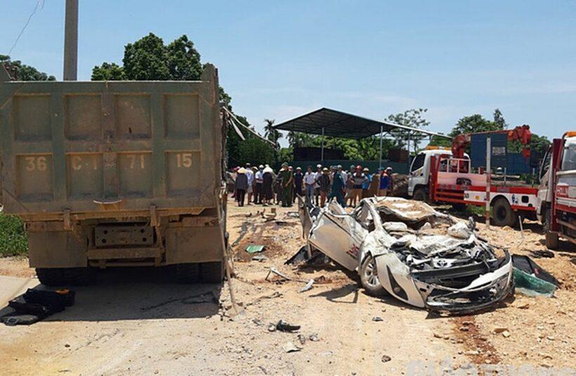 Thanh Hóa: Ô tô bị xe tải đè bẹp dúm khiến 3 người chết | Thaiger