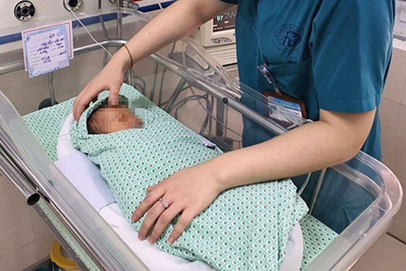 Hà Nội: Em bé sơ sinh bị bỏ rơi nhiều ngày dưới hố ga đã qua đời   The Thaiger
