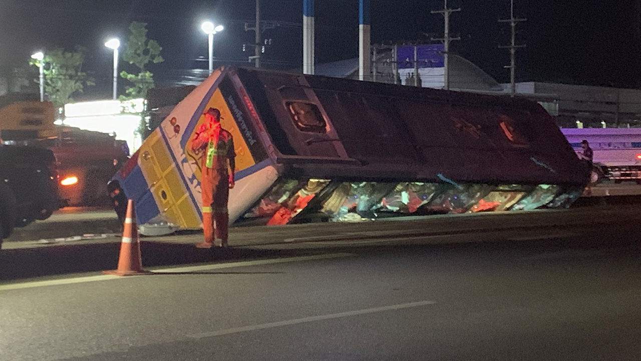 Tour bus incident leaves 5 injured after flipping into ditch | The Thaiger
