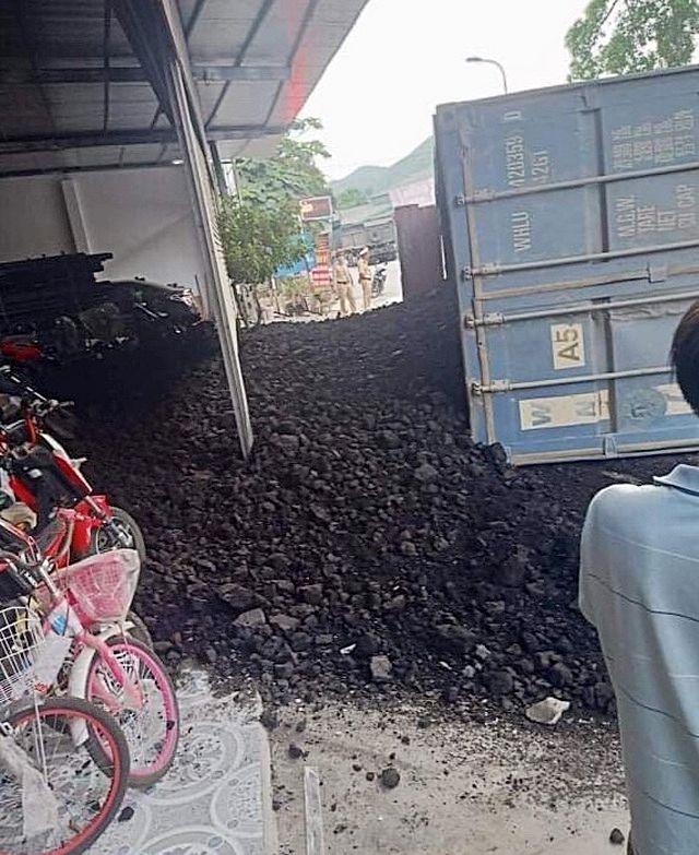 Yên Bái: Xe chở than lật đè bẹp xe máy khiến 2 mẹ con tử vong   News by Thaiger