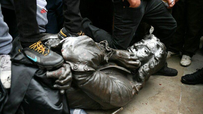 Tượng Edward Colston - trùm buôn nô lệ bị người biểu tình ném xuống sông   News by Thaiger