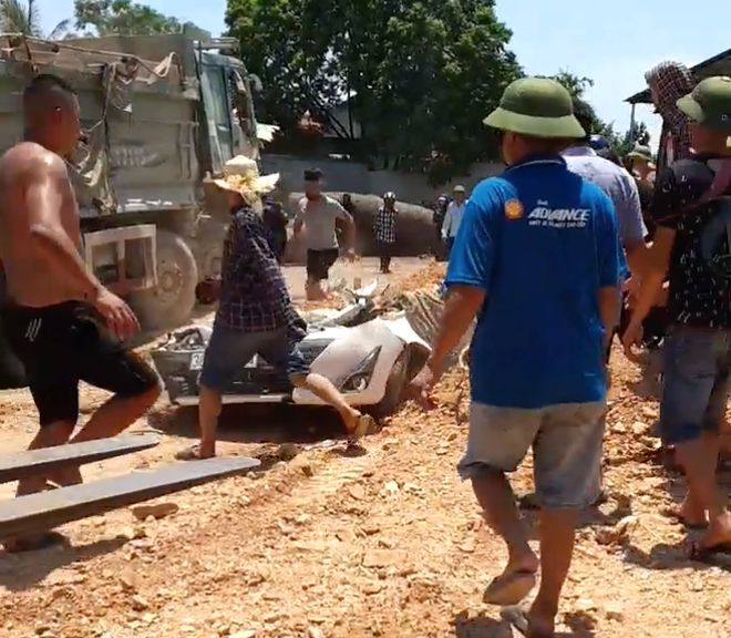 Thanh Hóa: Ô tô bị xe tải đè bẹp dúm khiến 3 người chết | News by Thaiger