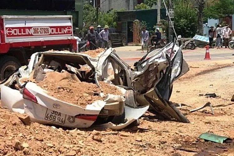 Thanh Hóa: Ô tô bị xe tải đè bẹp dúm khiến 3 người chết   News by Thaiger
