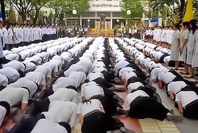 Not bowing to tradition – School group demands end of prostration | Thaiger