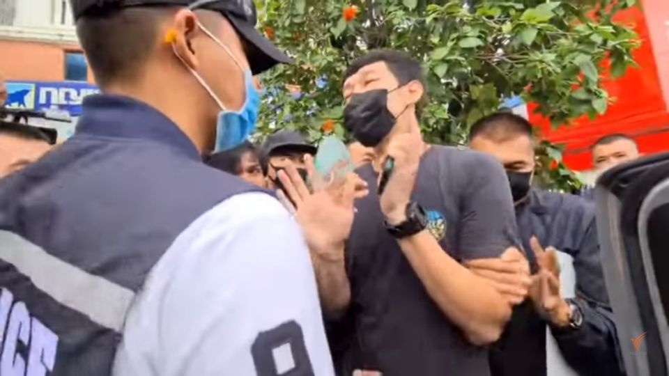 2 Rayong protesters arrested after trying to display signs during PM's visit | Thaiger