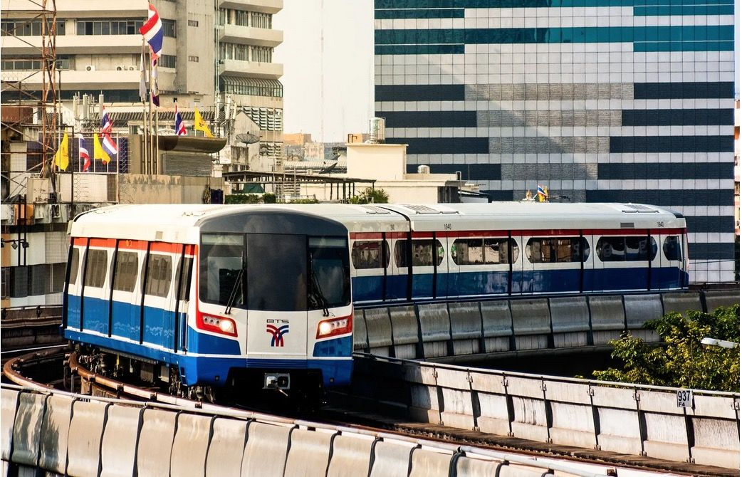 Bangkok Skytrain cancels seat spacing measures | The Thaiger