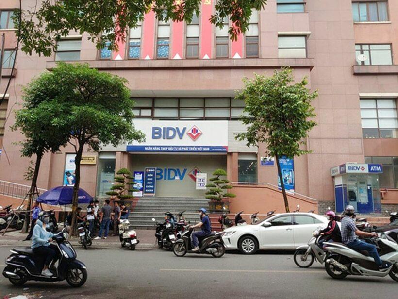 Hà Nội: Hai nghi phạm nổ súng, ném lựu đạn cướp 900 triệu tại ngân hàng BIDV | The Thaiger