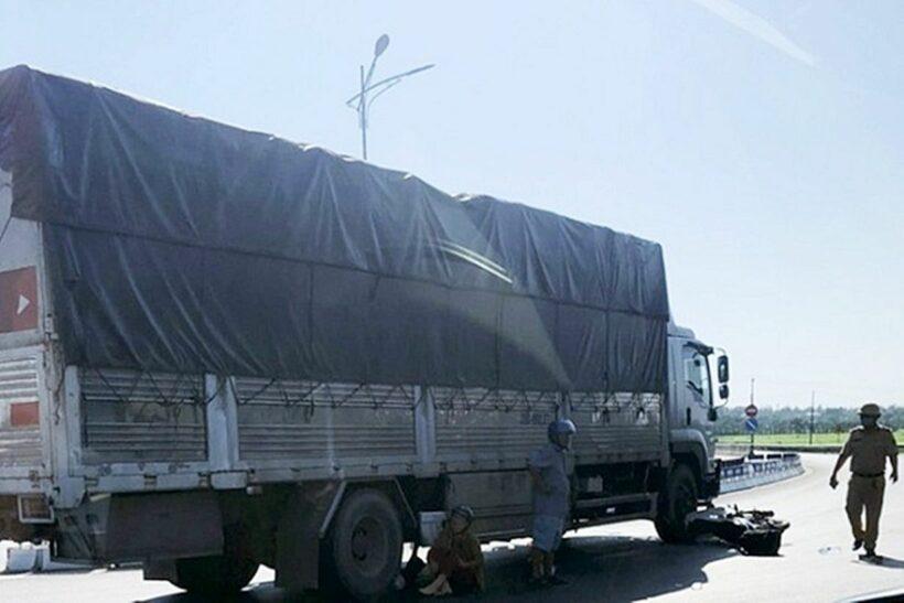 Quảng Bình: Va chạm với xe tải khiến người chồng tử vong tại chỗ, vợ bị thương   Thaiger