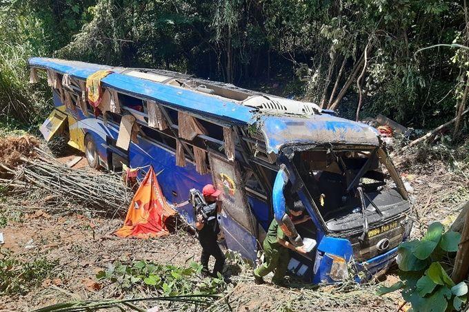 Vụ xe khách lao xuống vực ở Kon Tum: Thêm 1 người chết, hé lộ nguyên nhân tai nạn | News by The Thaiger