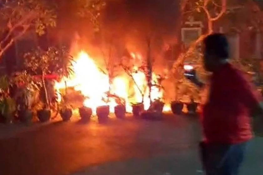 4 motorbikes catch fire outside Government House in Bangkok | Thaiger