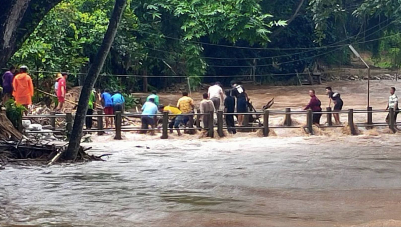Floods cut off the main road between Chiang Mai and Chiang Rai | Thaiger