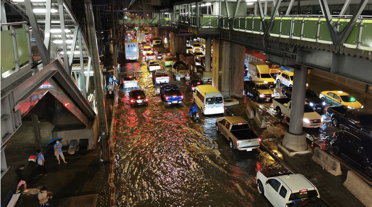 Police ordered to keep traffic moving after heavy flooding during Bangkok's peak | News by Thaiger