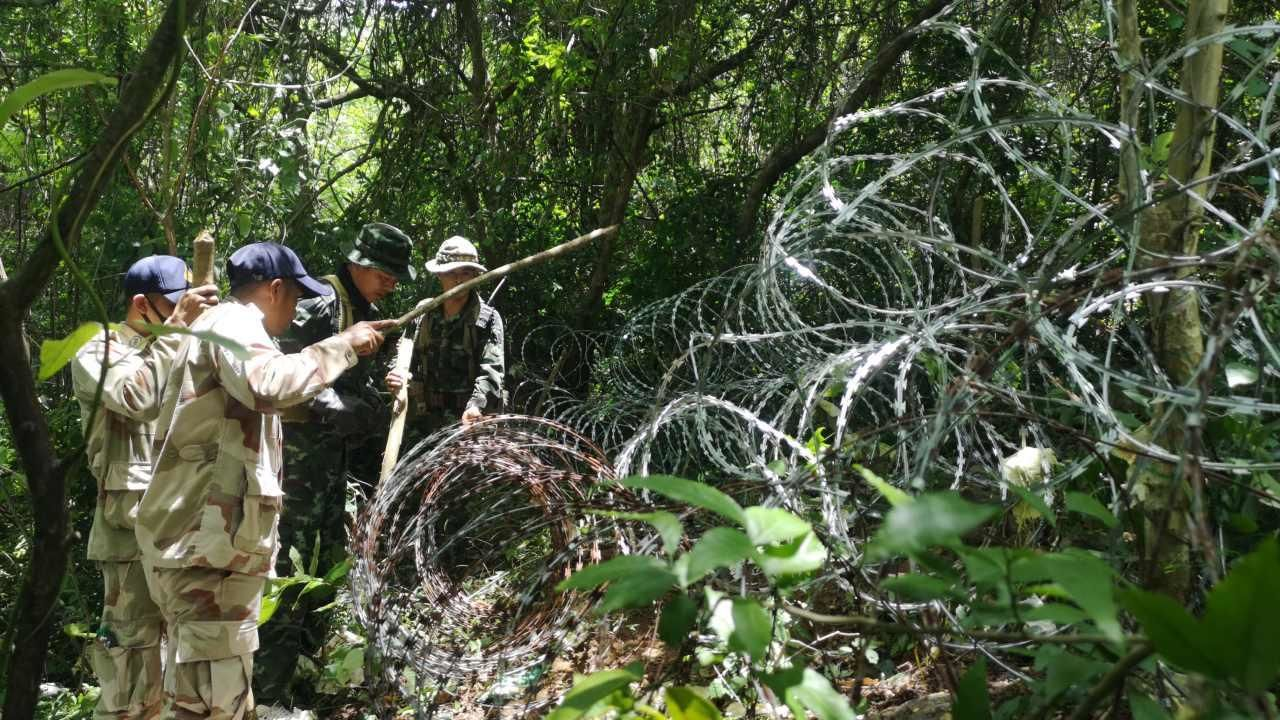 Thai-Myanmar border blocked with barbed wire, security increased due to Covid-19 | Thaiger