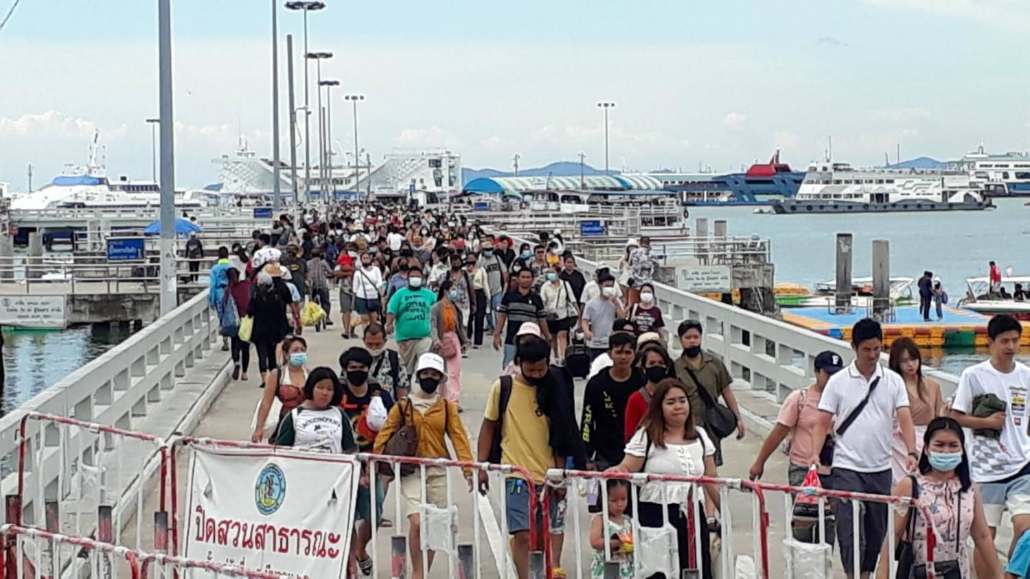 Holiday weekend boosts tourism, brings in 8.8 billion baht | Thaiger